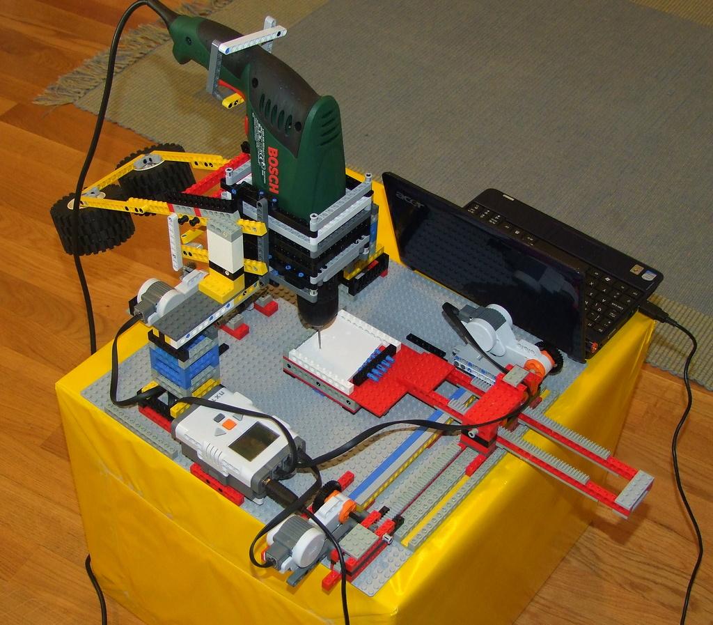 http://1.bp.blogspot.com/-k2aL3Nj8DN0/TchFAJETjoI/AAAAAAAAAZs/8lSkt-4R2no/s1600/Lego-NXT-CNC-1.jpg