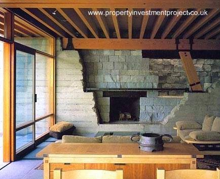 Chimenea de piedra en el interior de casa de Bill Gates en Seattle