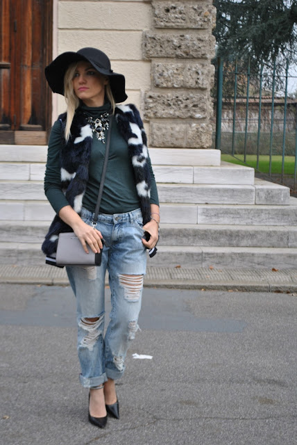 outfit gilet di pelliccia come abbinare il gilet di pelliccia abbinamenti gilet di pelliccia come abbinare il gilet di eco pelliccia come abbinare il gilet di pelliccia ecologica abbinamenti jeans pelliccia ecologica faux fur vest outfit how to wear faux fur vest how to combine faux fur vest gilet di pelliccia ecologica colorato outfit dicembre 2015 december outfits outfit casual invernali outfit casual autunnali outfit sporty fall casual outfit mariafelicia magno fashion blogger colorblock by felym fashion blog italiani fashion blogger italiane blog di moda blogger italiane di moda fashion blogger bergamo fashion blogger milano fashion bloggers italy italian fashion blogger influencer italiane italian influencer italian fashion bloggers street style faux fur vest boyfriend destroyed jeans street style