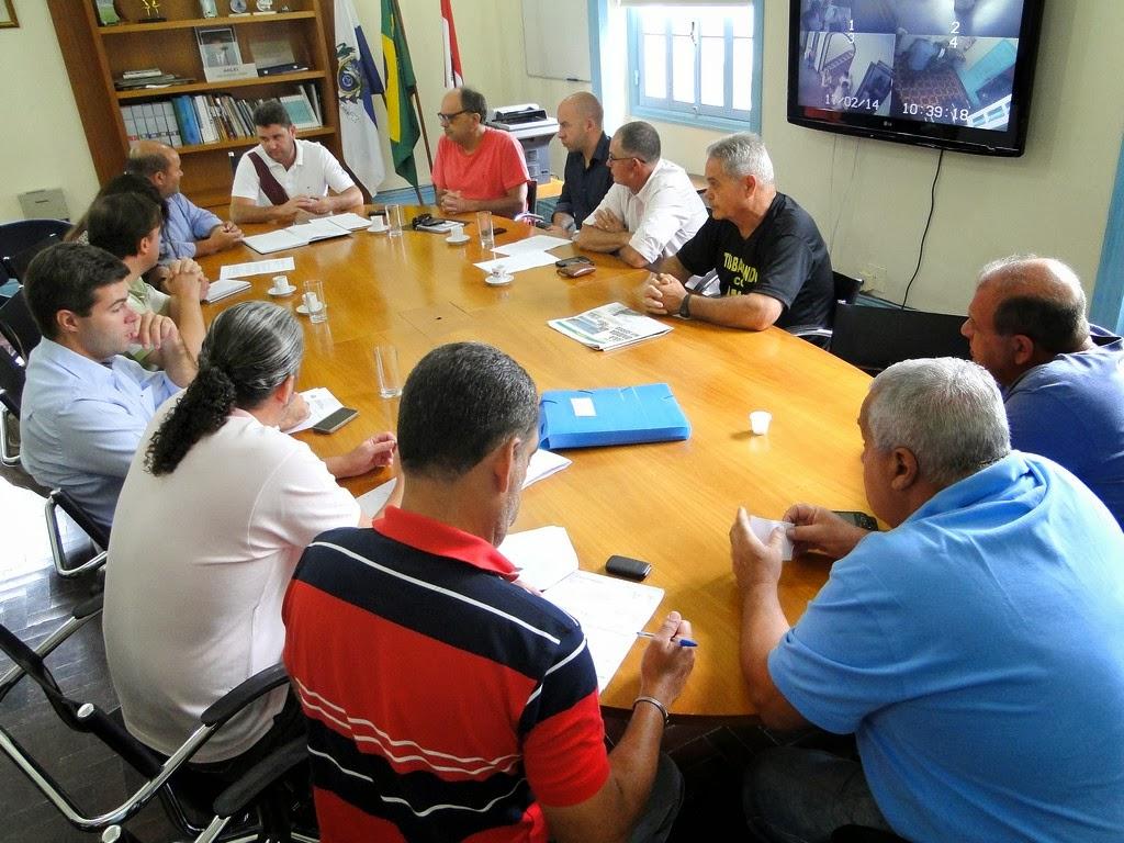 Representantes do poder público e da iniciativa privada em reunião da Comissão da Copa: parceria na preparação da cidade para o período de treinamento da Seleção Brasileira de Futebol em Teresópolis