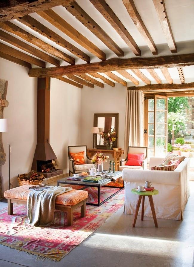 wnętrza, styl rustykalny, styl wiejski, kamienna ściana, stare meble, antyki, drewniane belki, białe wnętrza, salon, kominek, piecyk