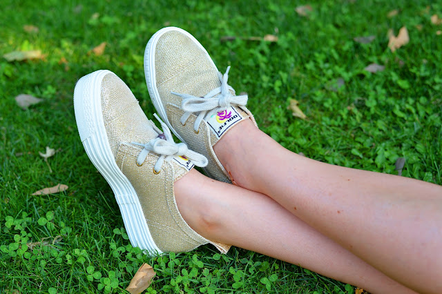 golden sneakers fashion blogger