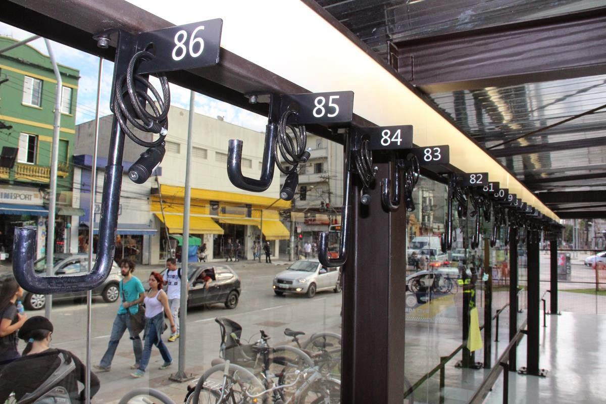 vista interna do bicicletário e o sistema de fixação para bicicletas