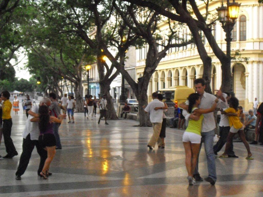 en la tarde noche de algunos sábados y domingos en el Paseo del Prado a la altura del Hotel Sevilla a 200 metros de CASA MAURA, se reúnen un grupo de admiradores del Tango, donde deleitan a los habaneros y visitantes con su dominio de tan singular baile, e invitando libremente a todos los que los quieran acompañar, esto solo lo puedes ver en la Habana Vieja.