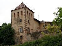 Detall de la torre quadrada del mas Bussanya