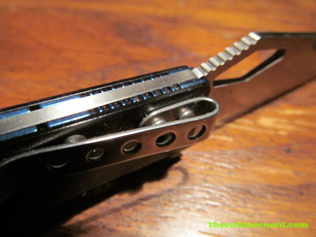 Sanrenmu B787 Pocket Knife - closeup of lock and clip