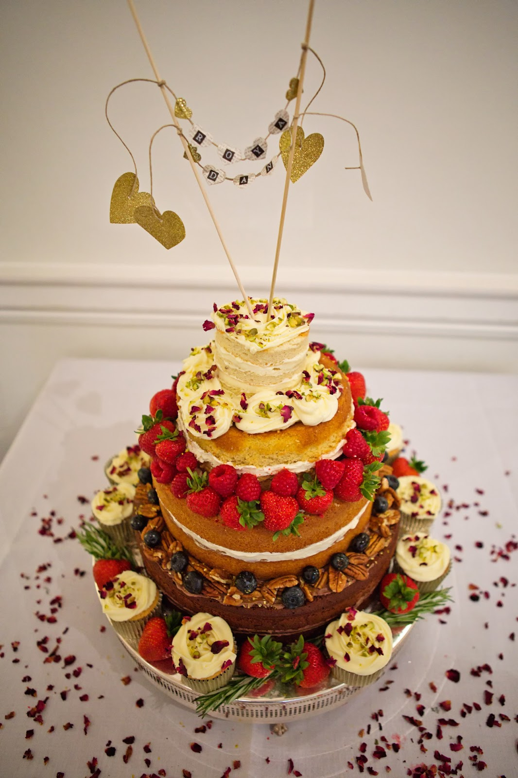 Rustic raffia wedding cake by Bake My Day | Baking classes