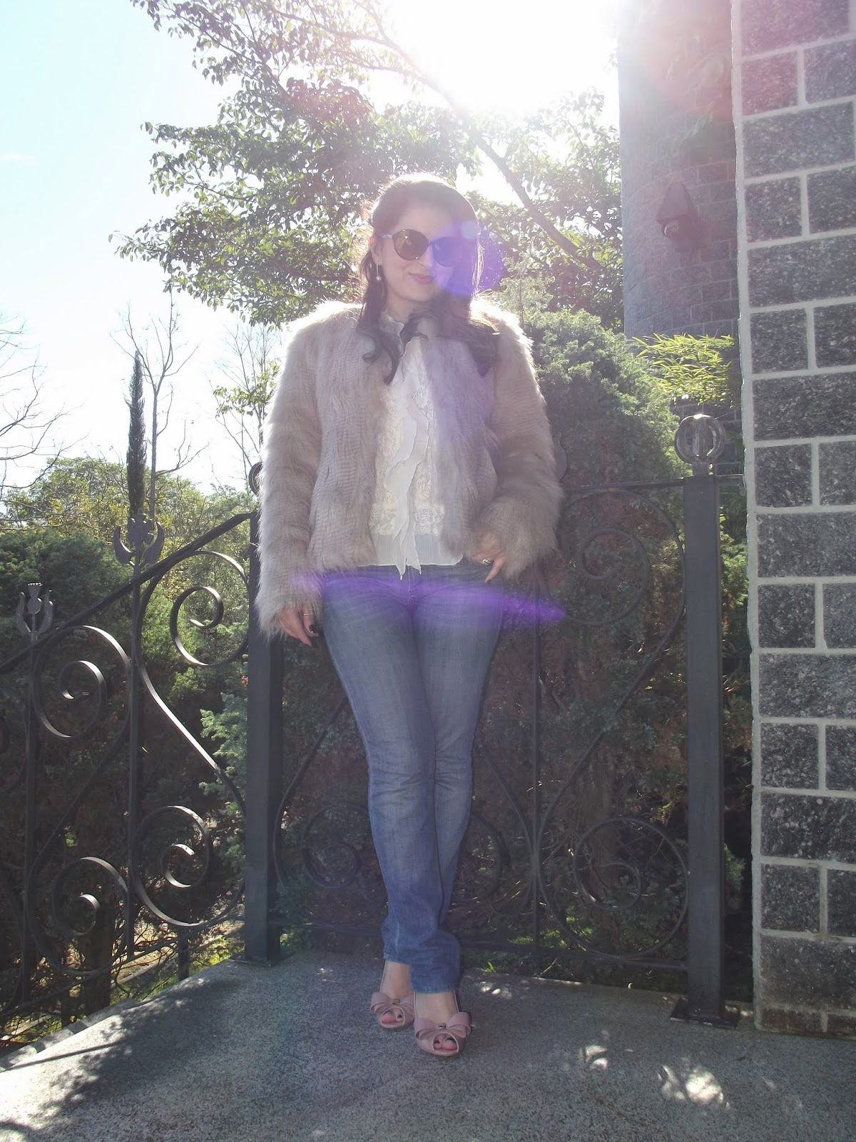 Achei que a escolha do jeans e os tons claros da camisa e da sandália 07e77b3ab8614