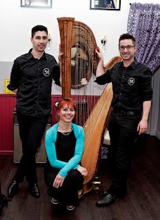 Isabelle Olivier, célèbre harpiste, lors de son concert privé au salon de coiffure à Montpellier Studio 54. Entourée de Guillaume et Eddy. Isabelle Olivier est ici coiffée et maquillée par Eddy, coiffeur à Montpellier.