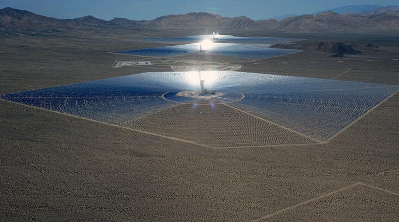 Masiva central térmica solar proporciona energía a miles hogares en California