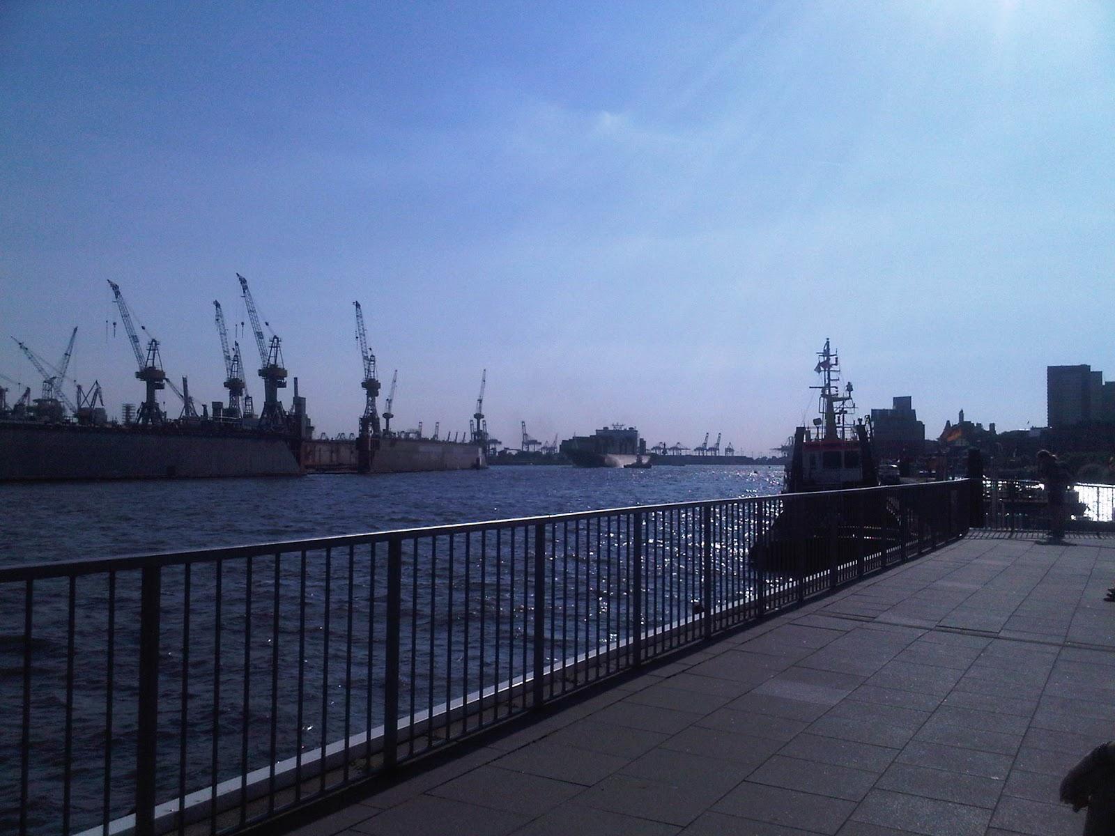 Hamburger Hafen von den Landungsbrücken aus elbabwärts