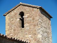Detall del campanar amb la finestra d'arc de ferradura