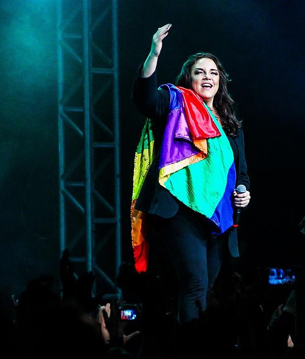 Ana Carolina levanta a bandeira do arco-íris, símbolo LGBT, durante show no Espaço das Américas, em São Paulo.