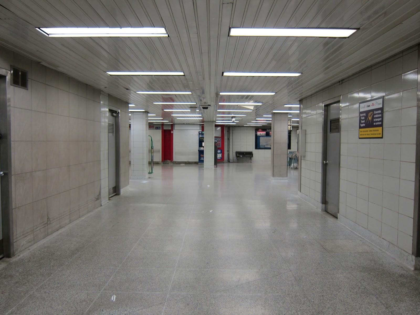 Dundas West mezzanine corridor