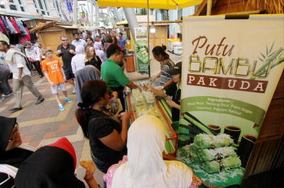 Tasty treat: This putu bambu shop is popular among the Central Market visitors.