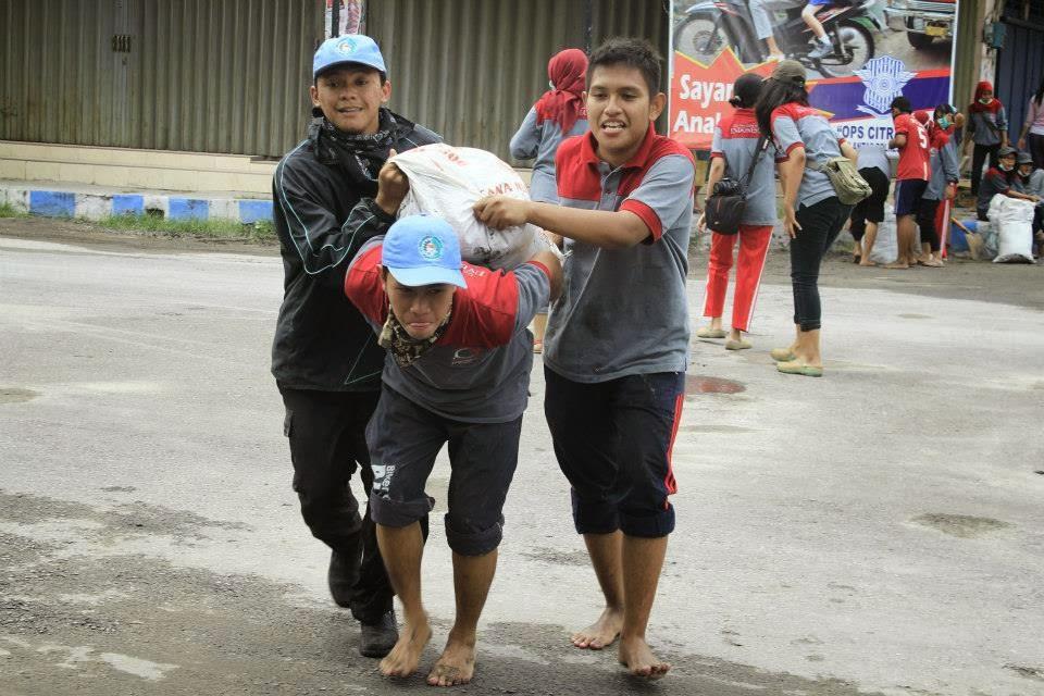 Gotong Royong Membersihkan Abu Vulkanik