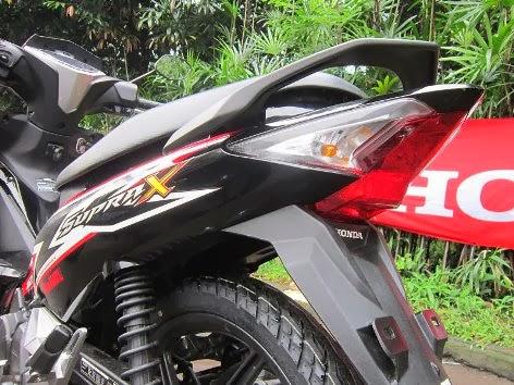 Honda Supra X 125 FI sudah dirilis , harga mulai dari Rp 15.350.000 OTR Jakarta . . . wow dibagasi ada charger HP juga