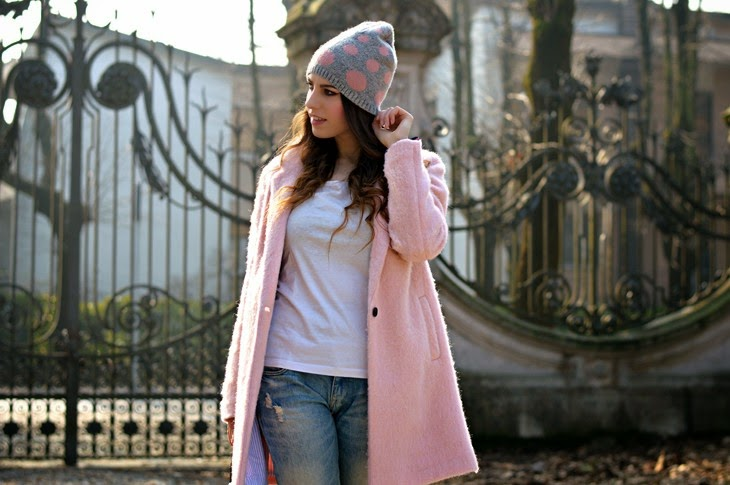 Pull and Bear pink Cocoon coat alice hannah pois beanie Boyfriend Hole Ripped Denim Jeans how to wear pink coat abbinare cappotto rosa TheSparklingCinnamon