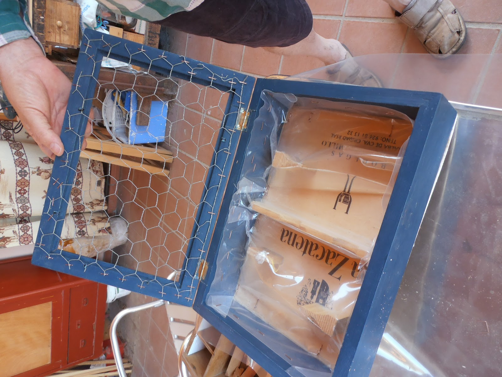 C mo hacer un jardin vertical con una caja de madera - Estructura jardin vertical ...