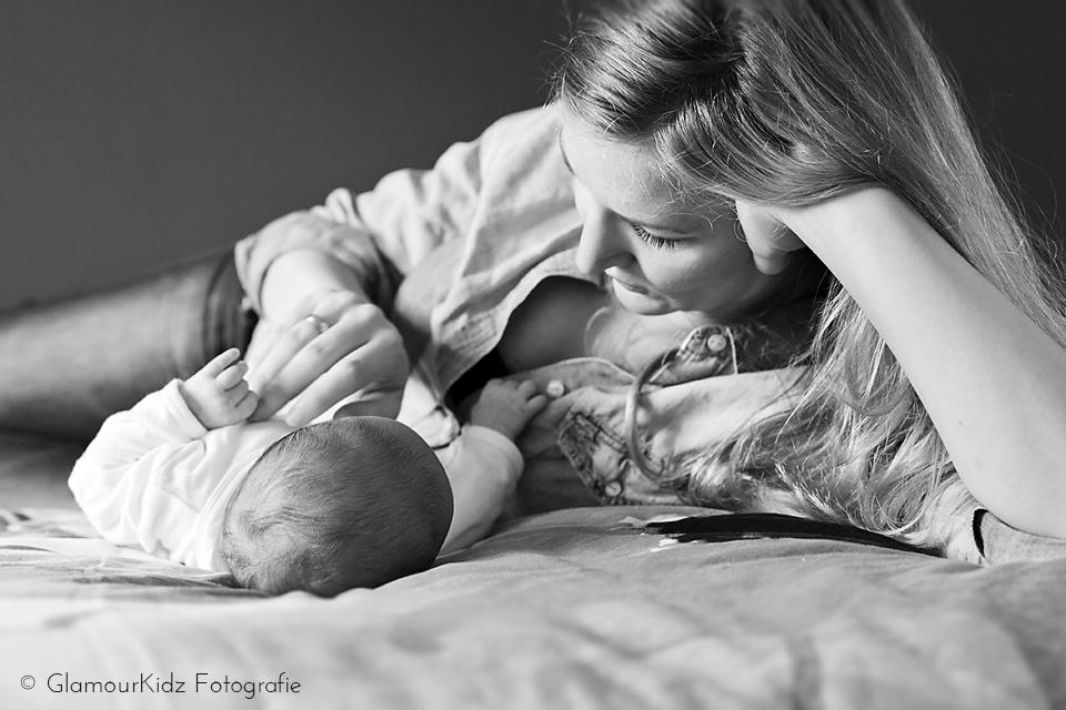 newborn moeder fotoshoot lifestyle baby familie natuurlijk licht vintage