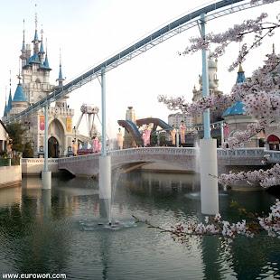 Isla Mágica de Lotte World bajo los cerezos en flor