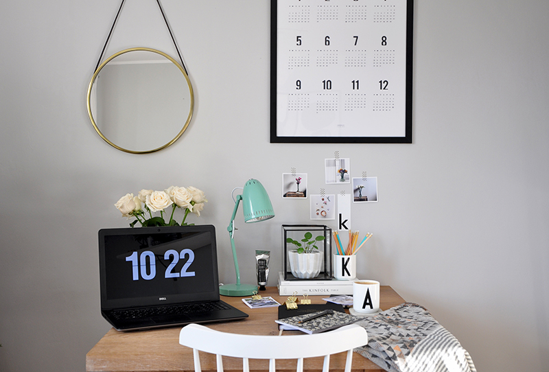 kąt do pracy przy komputerze, domowe biuro, lampka na biurko, miętowa lampka