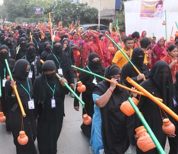 muslim-came-from-Muslim-women-the-Jalabhishek-कावड़ लेकर निकलीं मुस्लिम महिलाएं, किया जलाभिषेक