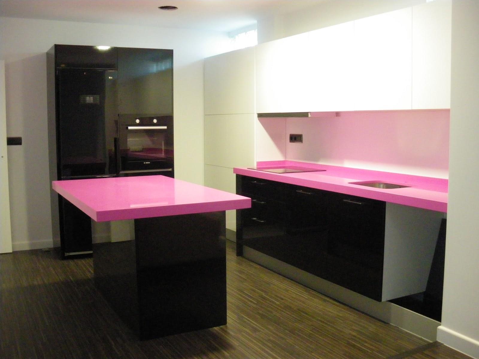 cms lo que permite a dos personas estar pulando por la cocina una en la zona de placa y otra a la barra o trabajando sobre ella