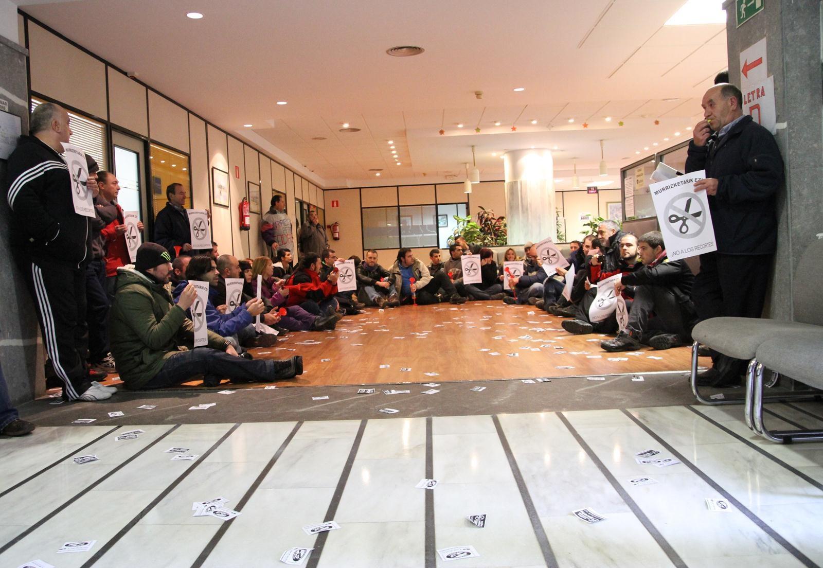 Activistas sociales ocupan las oficinas centrales de for Oficinas lanbide