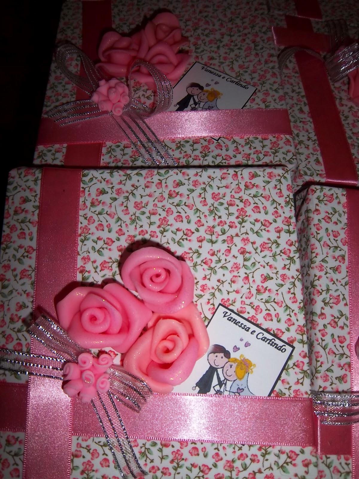 . : caixas para casamento decoradas com tecido e flores em biscuit