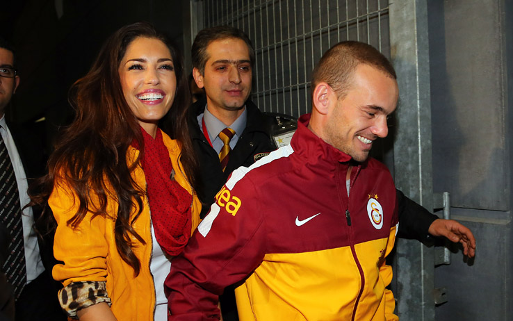 Wesley Sneijder missus Yolanthe Cabau celebrates Galatasarays draw with Chelsea through make up [Picture]