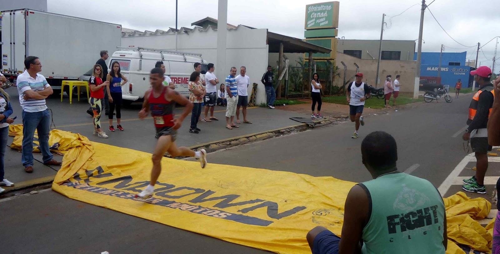 Foto 82 da 1ª Corrida Av. dos Coqueiros em Barretos-SP 14/04/2013 – Atletas cruzando a linha de chegada