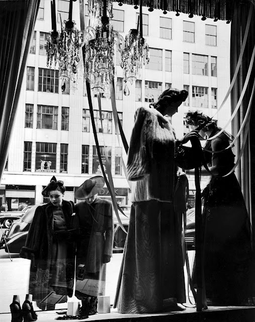 women-window-shopping-1942