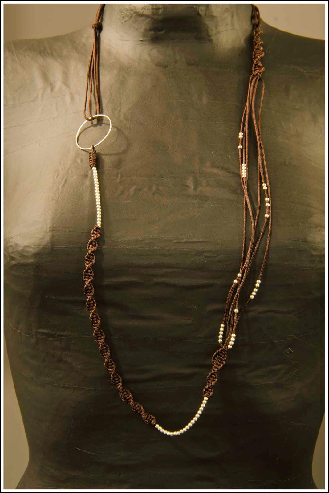 Collar largo de plata montado en cordón marrón
