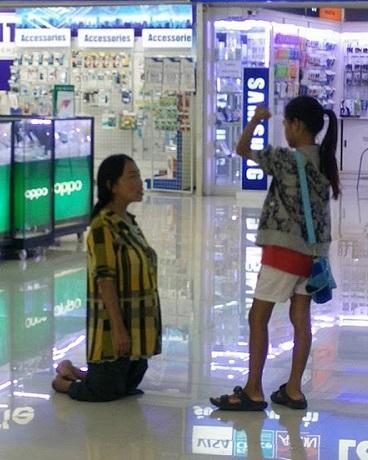 Anak Paksa Ibu Melutut Mohon Maaf Kerana Gagal Belikan iPhone