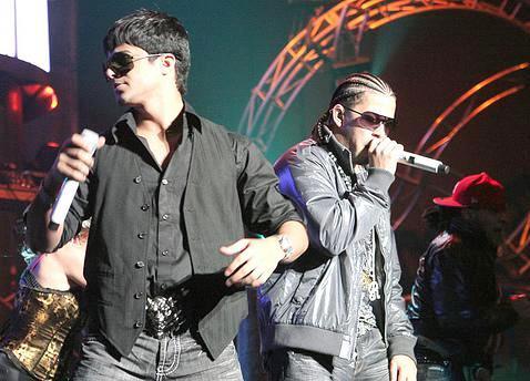 Rakim y Ken-Y cantando en concierto