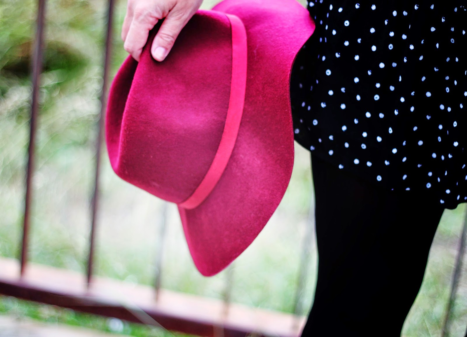photo-look-street_style-black_and_white-dots_dress-burgundy_hat-stradivarius
