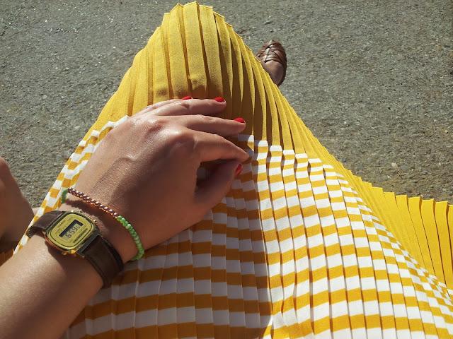 vestido de moda de rayas y reloj vintange casio