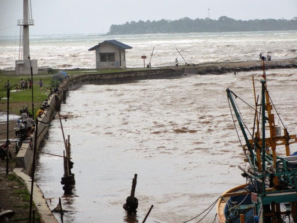 Berjejeran orang sedang memancing disekitar jembatan cinta, Jepara
