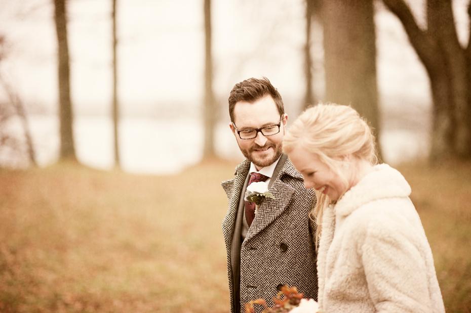 Forelsket brudepar, bryllupsbilder fra bryllupsfotograf Trine Bjervig, oslo, høstbryllup