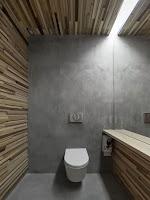 Baño panelado estrecho de madera