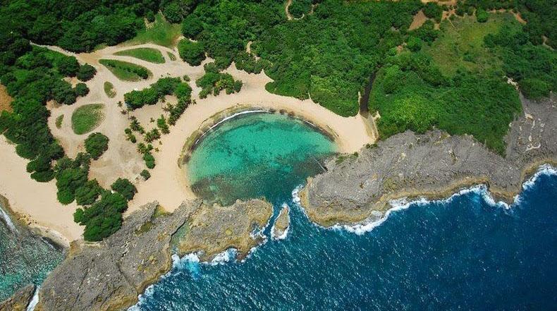 Mar Chiquita, una playa aislada en Puerto Rico