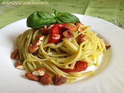 pasta al pesto di basilico con pomodorini secchi sott'olio e mandorle, per un mondiale verde-bianco-rosso!!