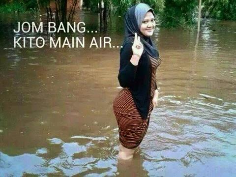 4 gambar) aksi tidak sepatutnya ketika main air banjir utusan