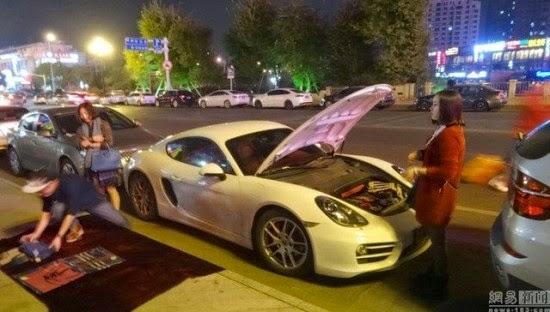 Remaja Menjual Selendang di Pinggir Jalan untuk Uang Bensin Porsche nya