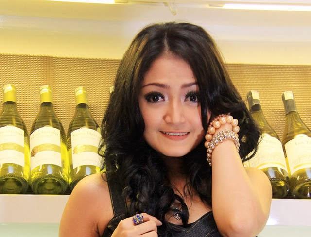 REVIEWS CELEBRITY: Pengakuan Siti Badriah Soal Foto Bugil.