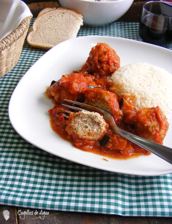 Alb ndigas de carne y patata con salsa de tomate y - Albondigas de patata ...
