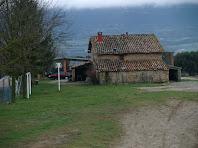 La façana de llevant del Mas Font de l'Òbi vista des de la font homònima
