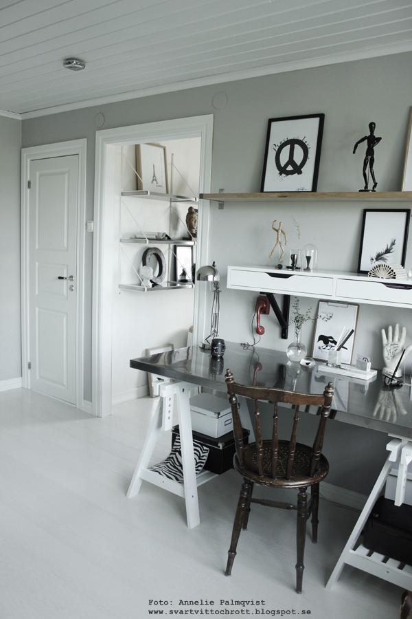 ateljé, arbetsrum, arbetshörna, hemmakontor, vitt, vit, vita, svart och vitt, svartvitt, svartvit, skrivbord, konsttryck, tavlor, poster, posters, print, prints, på väggen, anneliesdesign, annelies design & interior