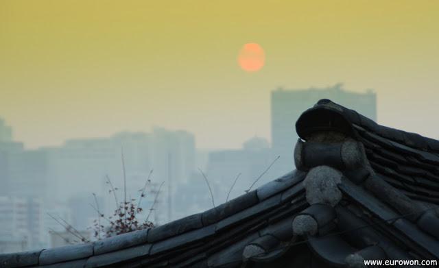 Puesta de sol sobre un hanok surcoreano